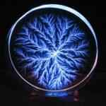 Piorun uwieczniony w bryle szkła – efekt Lichtenberga